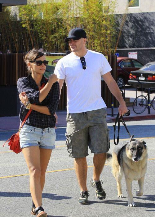 Jake Gyllenhaal With Rashida Jones And His Dog Atticus Jake Gyllenhaal Rashida Jones Movie Stars
