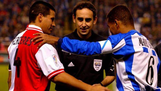 Fernando Cáceres, Iturralde González e Mauro Silva no inicio dun derbi