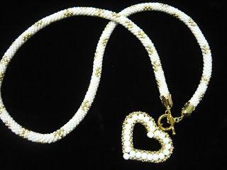 Colgante en crochet blanco y oro con corazon en facetadas y oro. abaloriosfrancia.blogspot.com