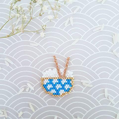 Je vous sers Henri ???  ... Participation au défi @perlesandco @teaforyoubijoux @petit_bout_de_chou_hk #miyukivoyageenasie . #jenfiledesperlesetjassume #miyuki #perlesandco #perleaddict #diy #tissagedeperles #beads #motifliliazalee #lili_azalee #tissage #perles #riz #bolderiz #asie #japon