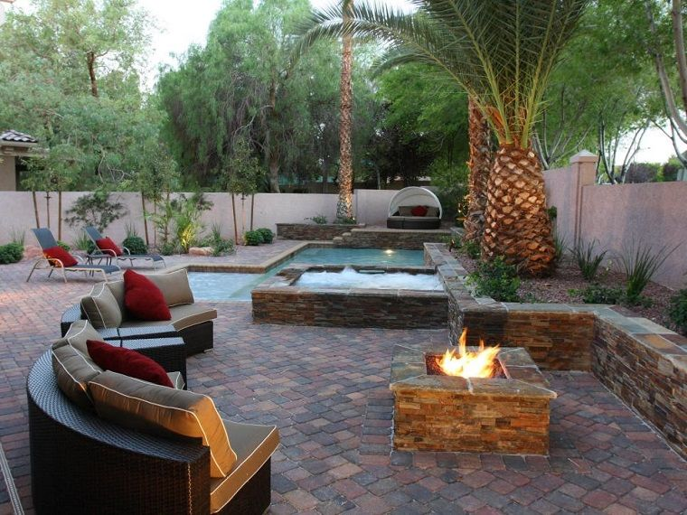 Pozo o plato de fuego y muebles modernos en el jardín