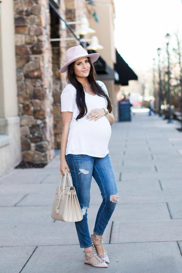 de181adb0 Chica embarazada con sombrero, blusa blanca, pantalón de mezclilla y  zapatos color café