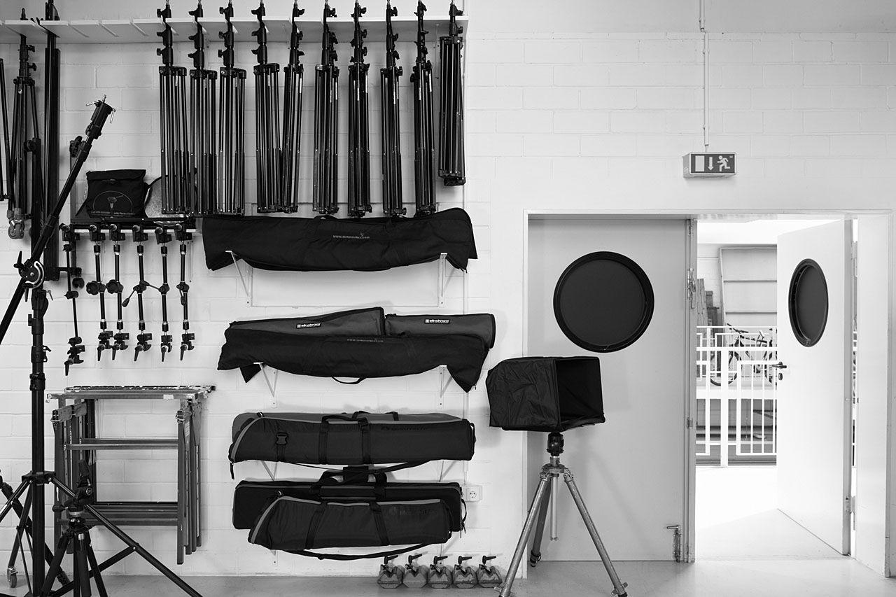 Umfangreiches Zubehor Das Materiallager Home Studio Photography Photography Studio Equipment Studio Photography