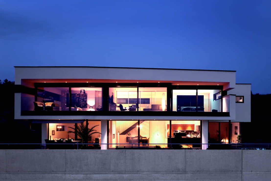 Dieses moderne Einfamilienhaus ist von einer klaren Formensprache, einer stilvollen Einrichtung und einem nicht enden wollenden Blick über Berge und See geprägt.