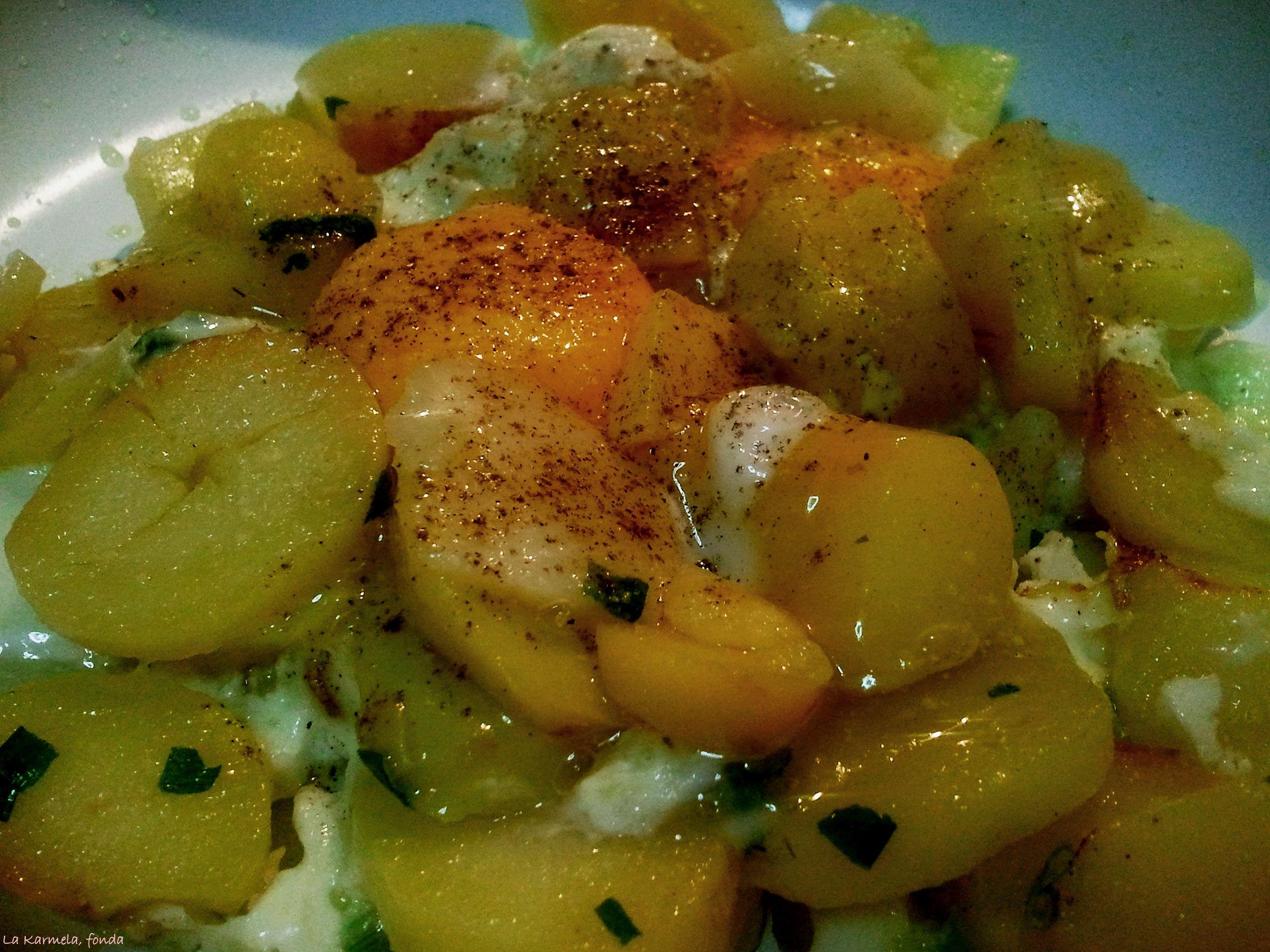 Huevos rotos sobre patatas asadas al toque de pimienta