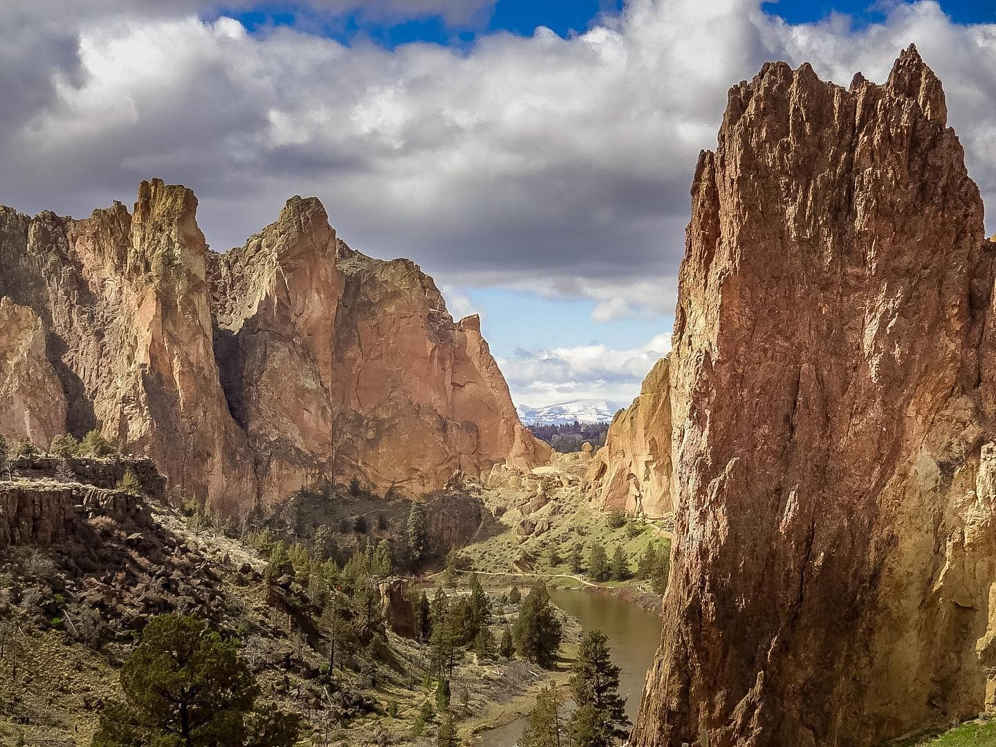 Smith Rock... . . . . . #artofvisuals #earth_deluxe #naturephoto #bestoforegon #EarthVisuals #focalmarked #natureaddict #gottalove_a_ #rsa_rural #exploreoregon #nature_wizards #unlimitedplanet #nature_brilliance #instanaturelover #watchthisinstagood #conqueroregon #naturediversity #oregonexplored #landscape_captures #nature_prefection #iphoneography #iphoneonly #pnwonderland  #awesome_earthpix #allnatureshots #awesomeearth #ourplanetdaily #oregonnw  #iphoneography #fantastic_earth #iphonesia