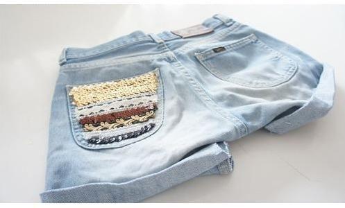 Que tal aproveitar o inverno para customizar aquele short jeans esquecido no armário e deixá-lo super estilizado para quando chegar o verão? - Veja mais em: http://www.vilamulher.com.br/artesanato/passo-a-passo/short-customizado-bolso-com-apliques-17-1-7886495-432.html?pinterest-mat