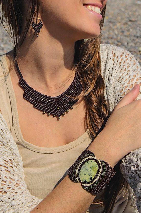 Collar y pendientes de macramé estilo indio, con cuentas doradas y alambre dorado. Marrón granate. Hippie, tribal, étnico