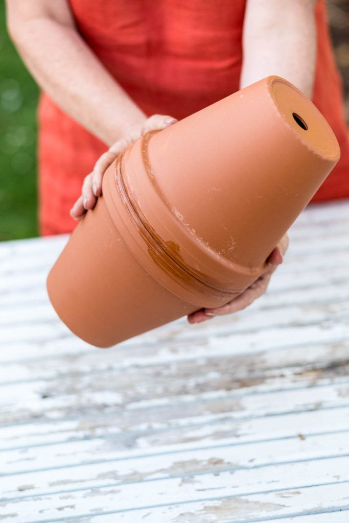 DIY Bewässerung für Hochbeete aus Tontöpfen selbst bauen