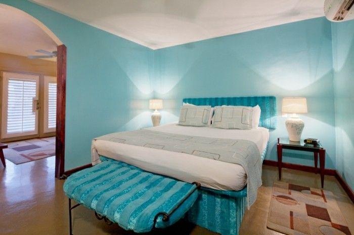 Exceptionnel Chambre Turquoise, Lampe De Chevet Blanche, Plafond Blanc, Tapis Marron Et  Beige
