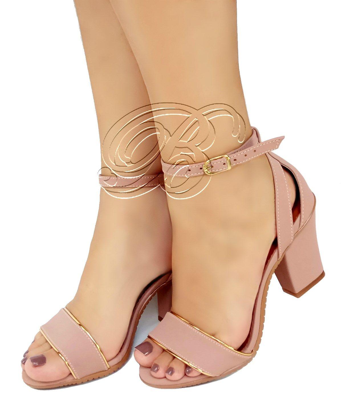 95428b9b0 Delicada sandália Bellatotti na cor rosa de salto médio e lindos detalhes.  Salto com 8