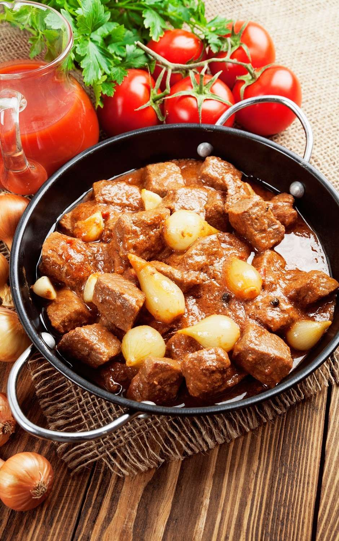Responsável por dar sabor a muitos pratos, o caldo de carne caseiro, assim como os de frango e legumes, é uma ótima alternativa aos tabletes industrializados.