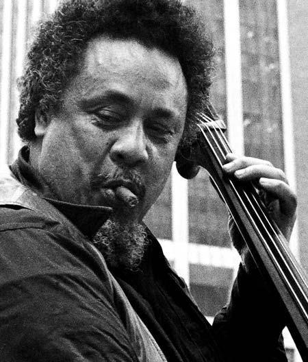 Charles Mingus (Nogales, de Arizona, 22 de abril de 1922 – Cuernavaca, de México, 5 de enero de 1979) fue un contrabajista, compositor, director de big band y pianista estadounidense de jazz. También fue conocido como un activista en contra el racismo.  http://en.wikipedia.org/wiki/Charles_Mingus   http://es.wikipedia.org/wiki/Charles_Mingus   http://mingusmingusmingus.com/   http://www.youtube.com/watch?v=__OSyznVDOY=related