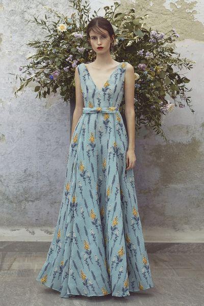 f4d15a6ce3828 Flores, cuadros, lunares y todo tipo de dibujos en los más bellos vestidos  de fiesta estampados 2018. ¡Llénate de vida y color!