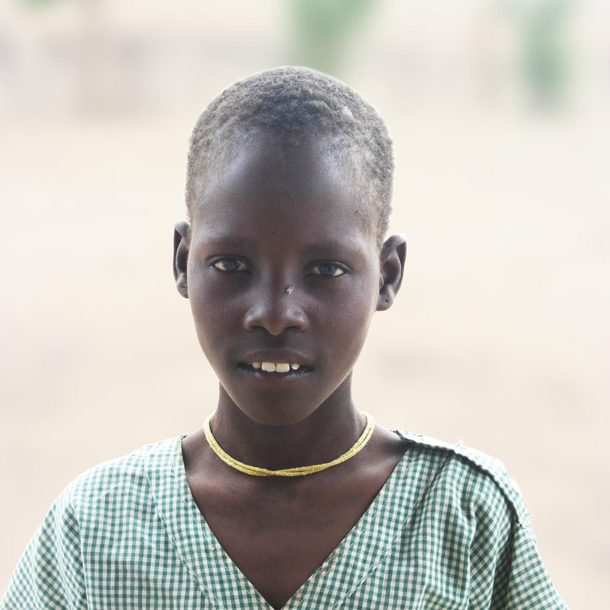 Ashu es el pequeño de 5 hermanos. Hoy nos enseña, feliz, el uniforme del cole: Es el símbolo de su nueva vida, en la que está empezando a leer, escribir, a hablar inglés...  Ahora podrá soñar con nuevos futuros. ¿Qué querrá ser de mayor?¿Médico?,¿Profesor?... Sea lo que sea, ahora será más fácil.