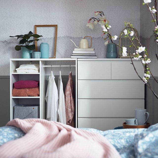 Ikea France Sur Instagram Une Touche De Malm Et Une Pincee Syvde C Est La Recette Pour Un Coin Rangement Simple Et Efficace In 2020 Open Wardrobe Ikea Malm Malm