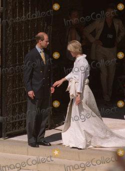 Der Jungste Spross Von Queen Elizabeth Ii Prinz Edward Sagte Am 19 Juni 1999 Sophie Konigliche Hochzeitskleider Royale Hochzeiten Prinzessin Diana Hochzeit