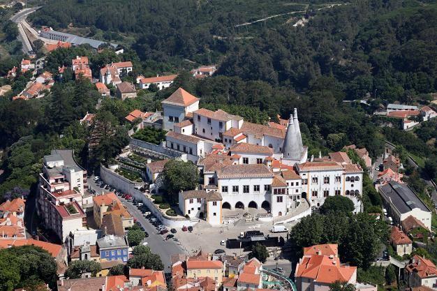 Sintra satumainen kaupunki on alle tunnin matkan päässä Lissabonista.