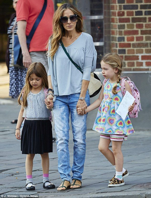 8bbbde4b2e9 Casual chic  The honey blonde beauty didn t appear to be wearing Jordache  jeans as strolled with her twins