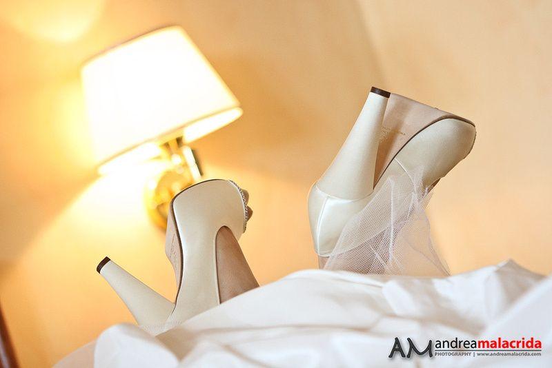 scarpe che spuntano dal vestito che sembra panna montata #scarpe #matrimonio # wedding #sposa #particolare