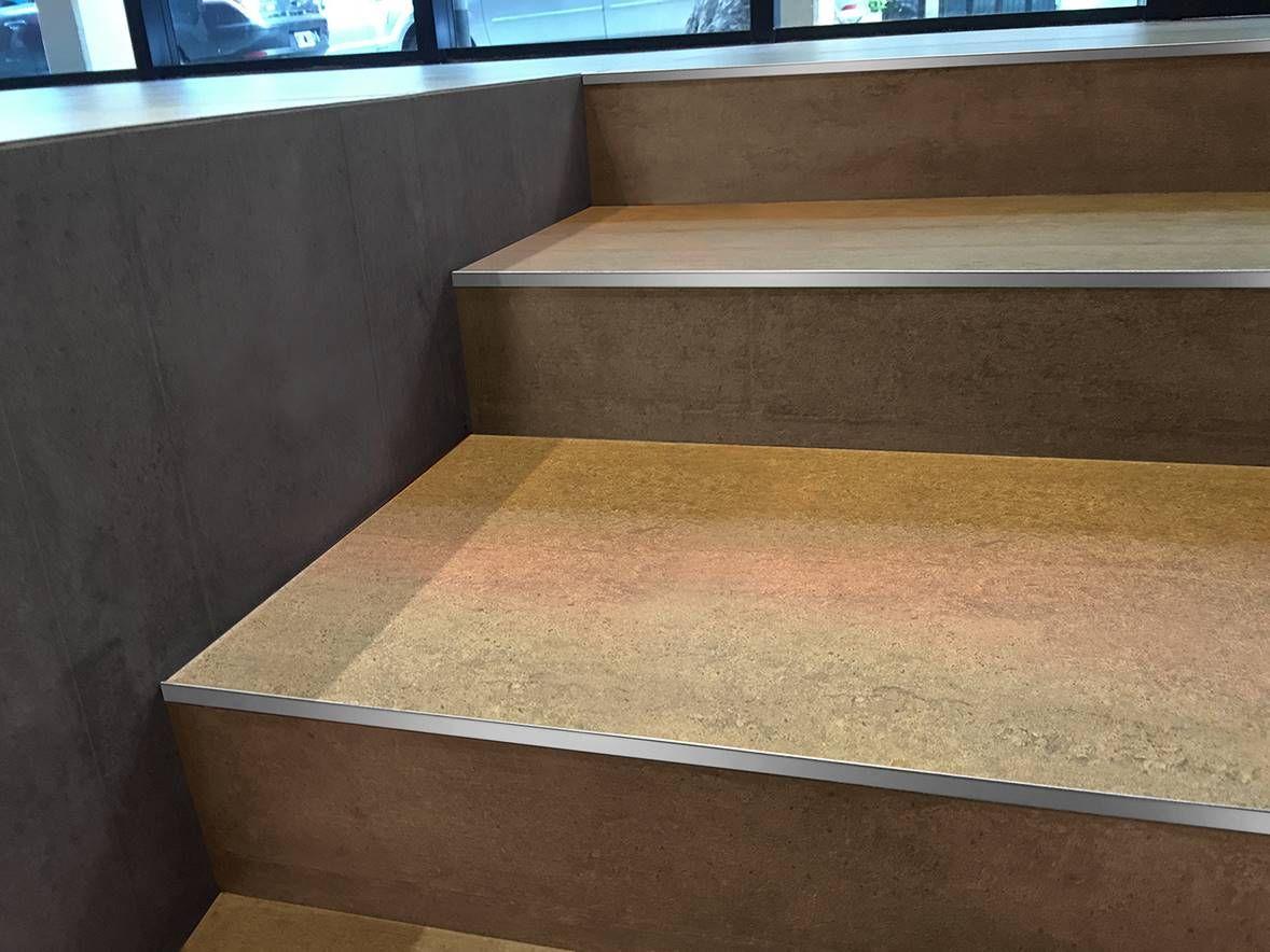 Pelda os de gradas escaleras con perfiles rectos de acero for Tipos de pisos para escaleras
