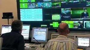 Hier zie je de eindredactie van het VRT nieuws. Ze zorgen voor informatie. Ook controleren ze of alles goed loopt.