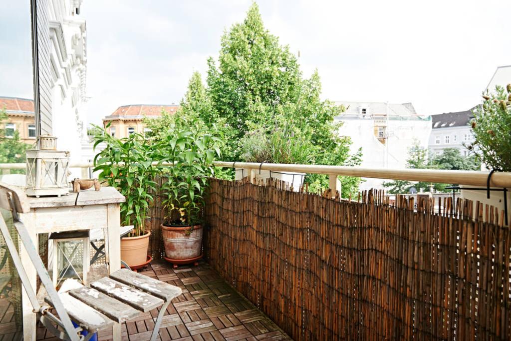 smarte idee geflochtener bambus zaun als sichtschutz f r den balkon au erdem sorgen pflanzen. Black Bedroom Furniture Sets. Home Design Ideas