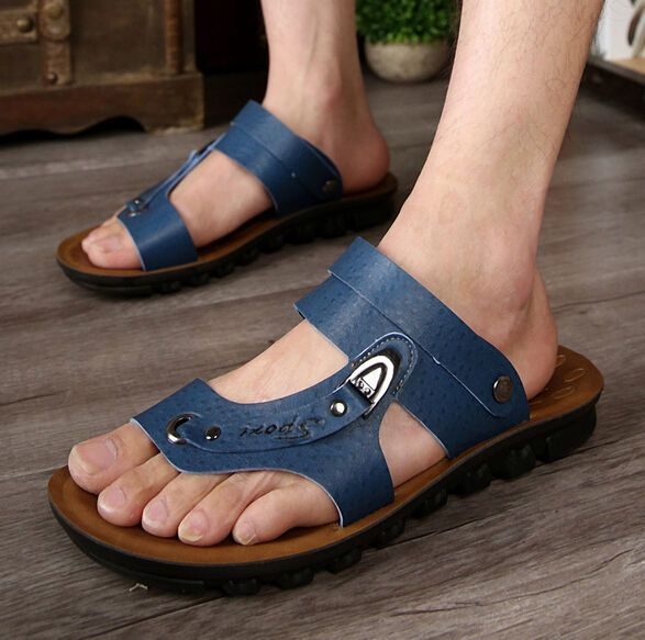 Reife mexikanische Füße in Flip-Flops