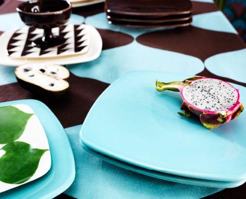 Nahaufnahme von TILLFÄLLE Tellern in verschiedenen Farben und Mustern