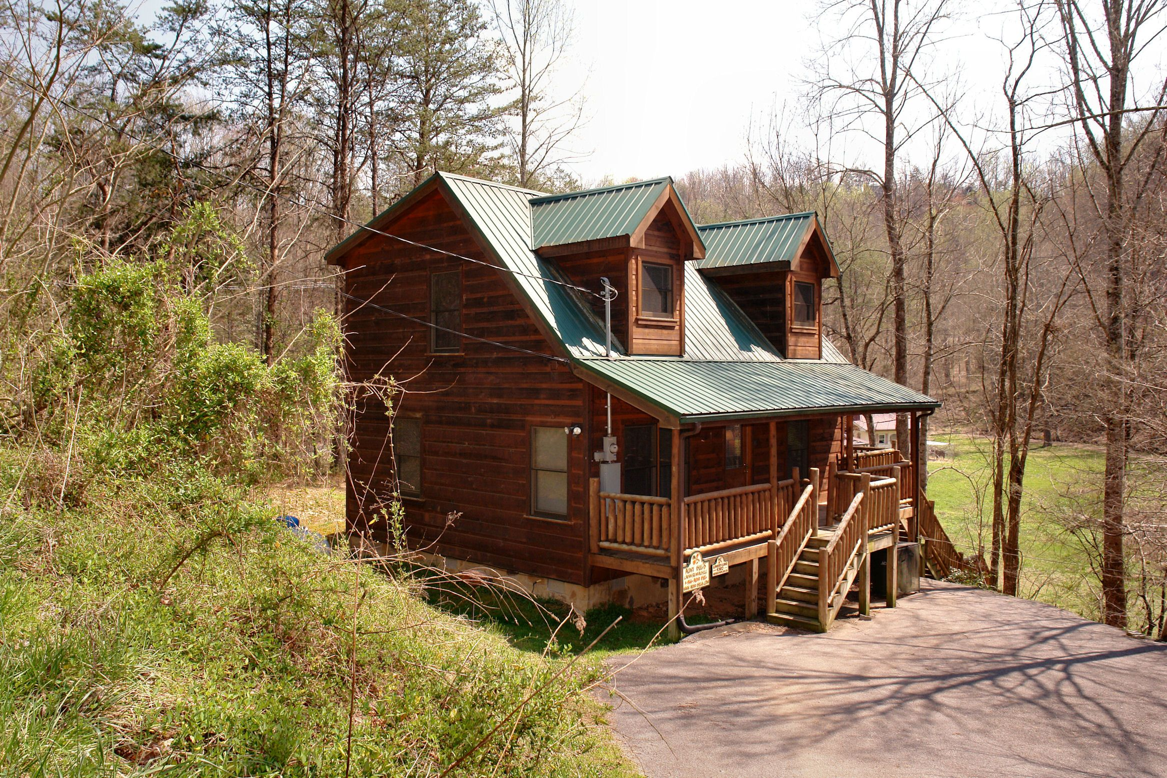 Cabin between gatlinburg and pigeon forge with jacuzzi and pool table