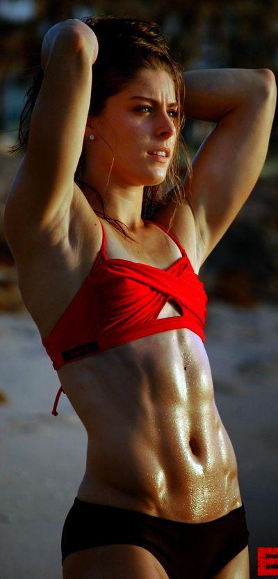 muskulös und sportlich, aber etwas schwach auf der Brust