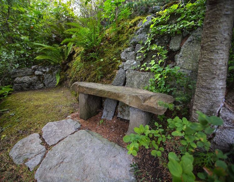 Gartengestaltung Hanglage Bank Gestein Sitzmoeglichkeit Schatten