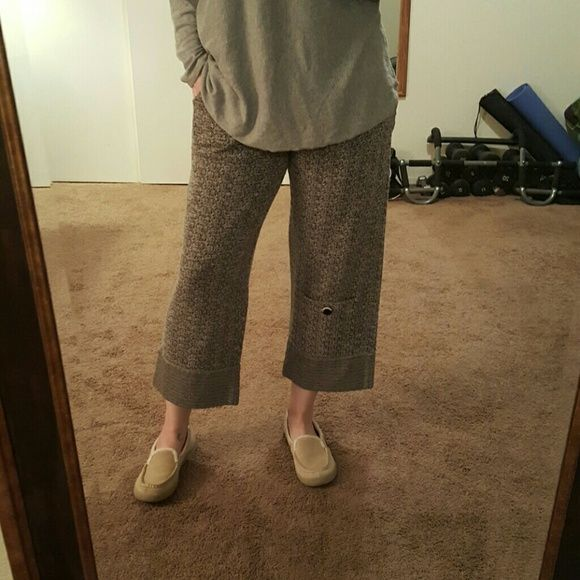 Willow crop pant Adorable grey crop pant in sweater like material. Elastic waist. Like a medium/large. Side pockets and single right leg lower pocket for style. In great shape, very cute. NO TRADES. LOWEST PRICE Willow Pants Ankle & Cropped