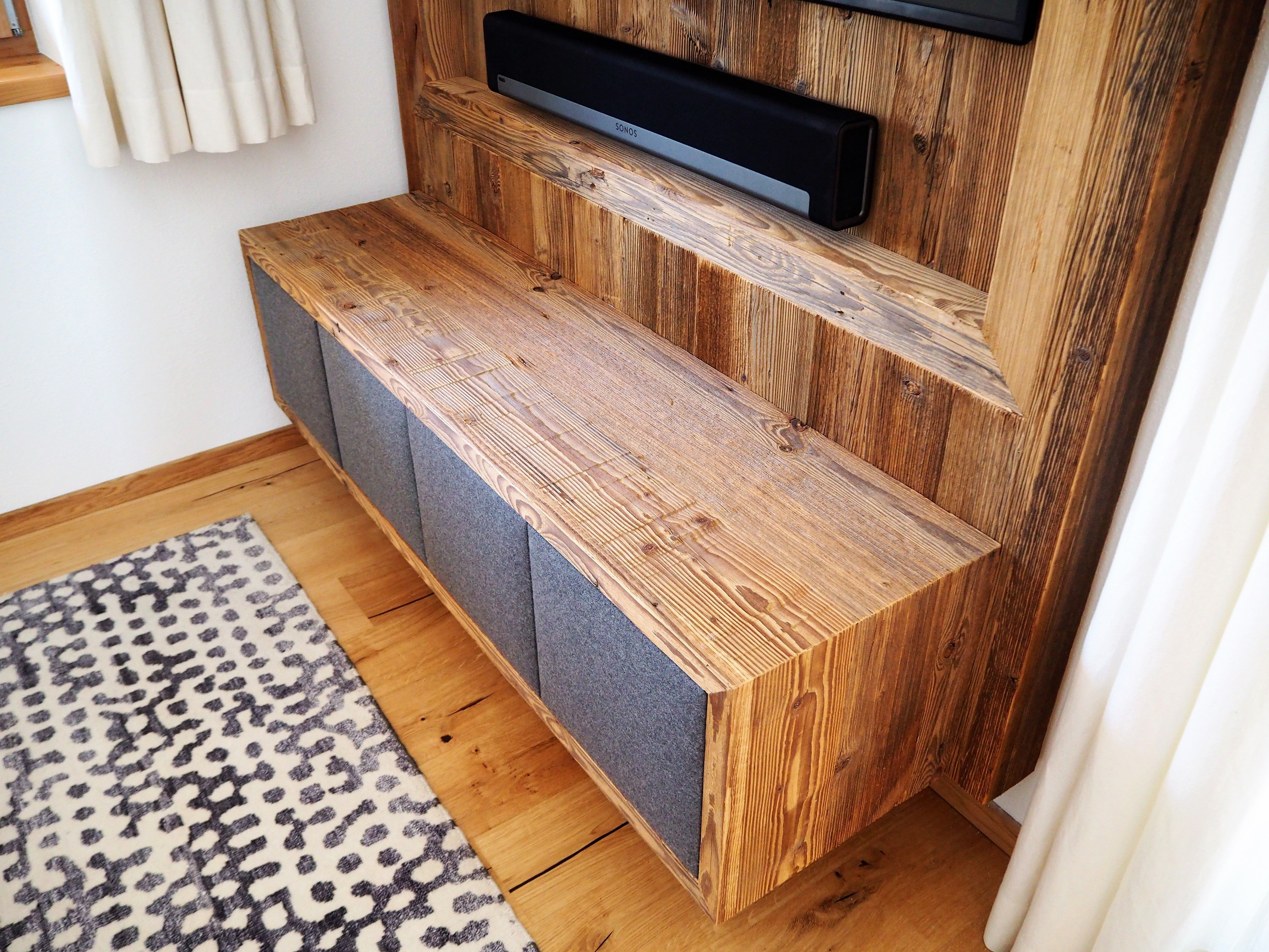 Altholz Verbau Wohnzimmer mit TV Kasten und Stofffronten