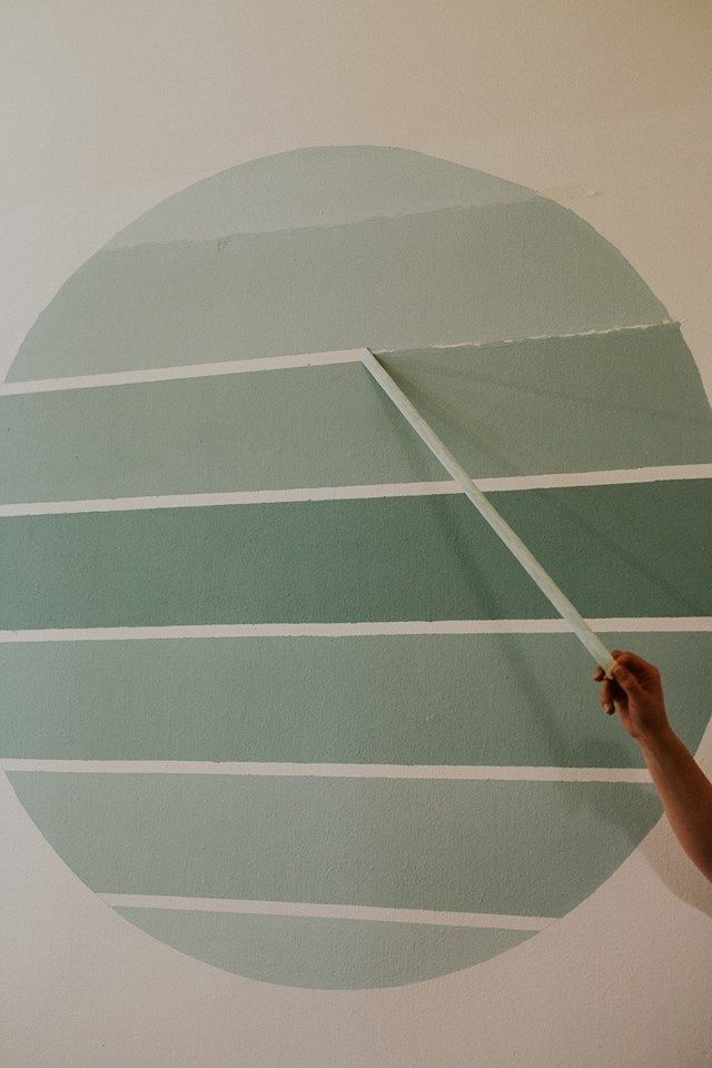 Photo of Pared de acento ombre DIY. Pintura de pared turquesa. Proyecto de cambio de imagen de bricolaje, pintura de círculo …