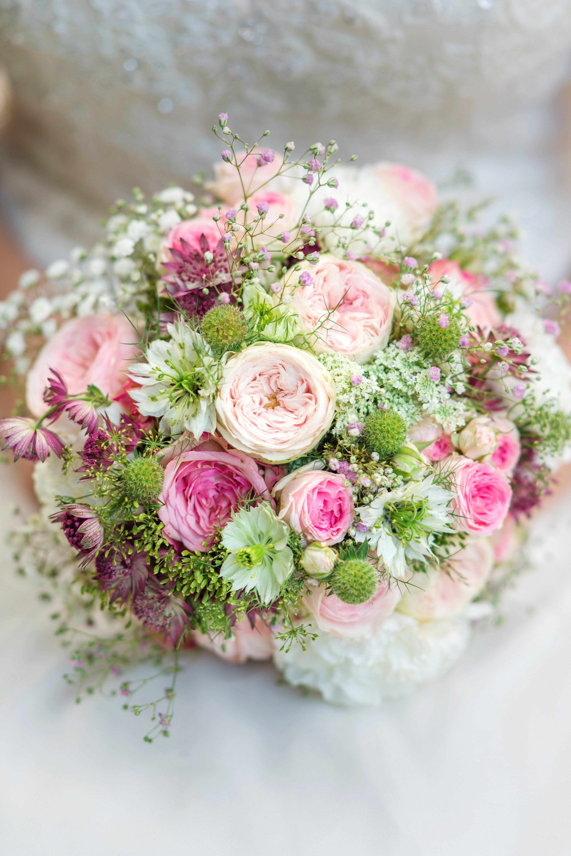 Sommerbrautstrauß im zarten Rosa und Weiß. #flowerdresses
