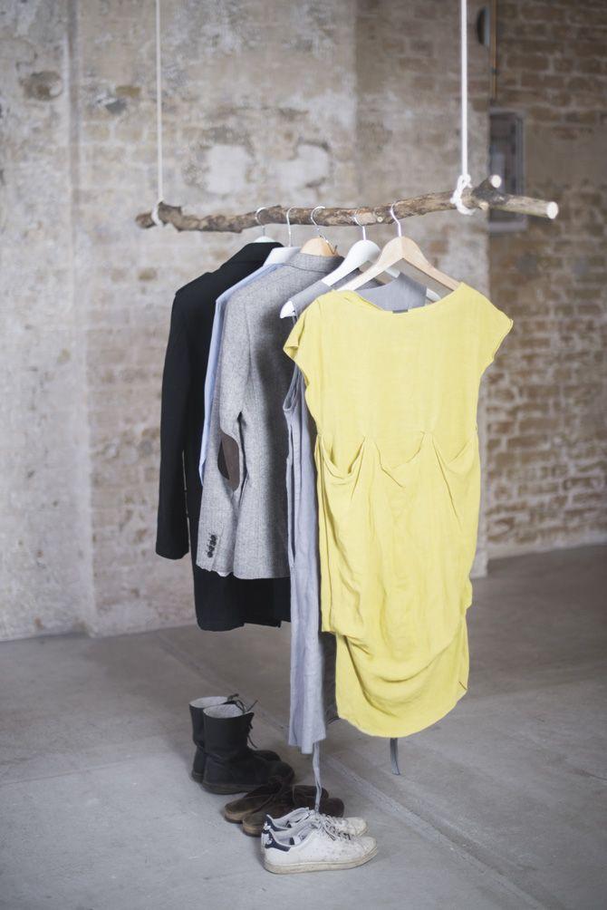 diy kleiderstange zum selber machen aus einem ast und zwei seilen als garderobe - Garderobe Selber Machen