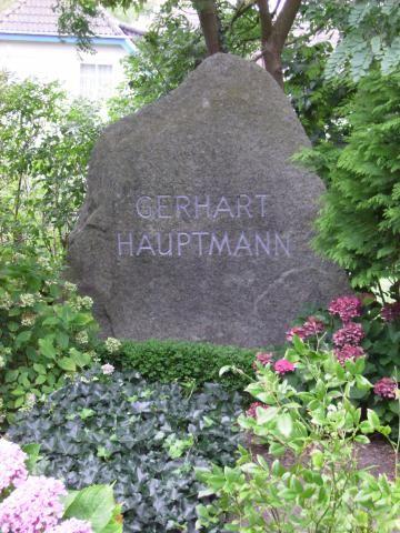 Letzte Ruhestätte von Gerhart Hauptmann in Kloster auf #Hiddensee Foto: Metzner, CC BY-SA 3.0 #meckpomm #ostsee #kultur #literatur #schriftsteller #hauptmann