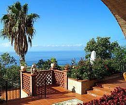 Ferienhaus: Villa Erasmo - Auf dem terrassiert angelegten Grundstück findet jeder ausreichend Platz zum Entspannen. - www.cilento-ferien.de