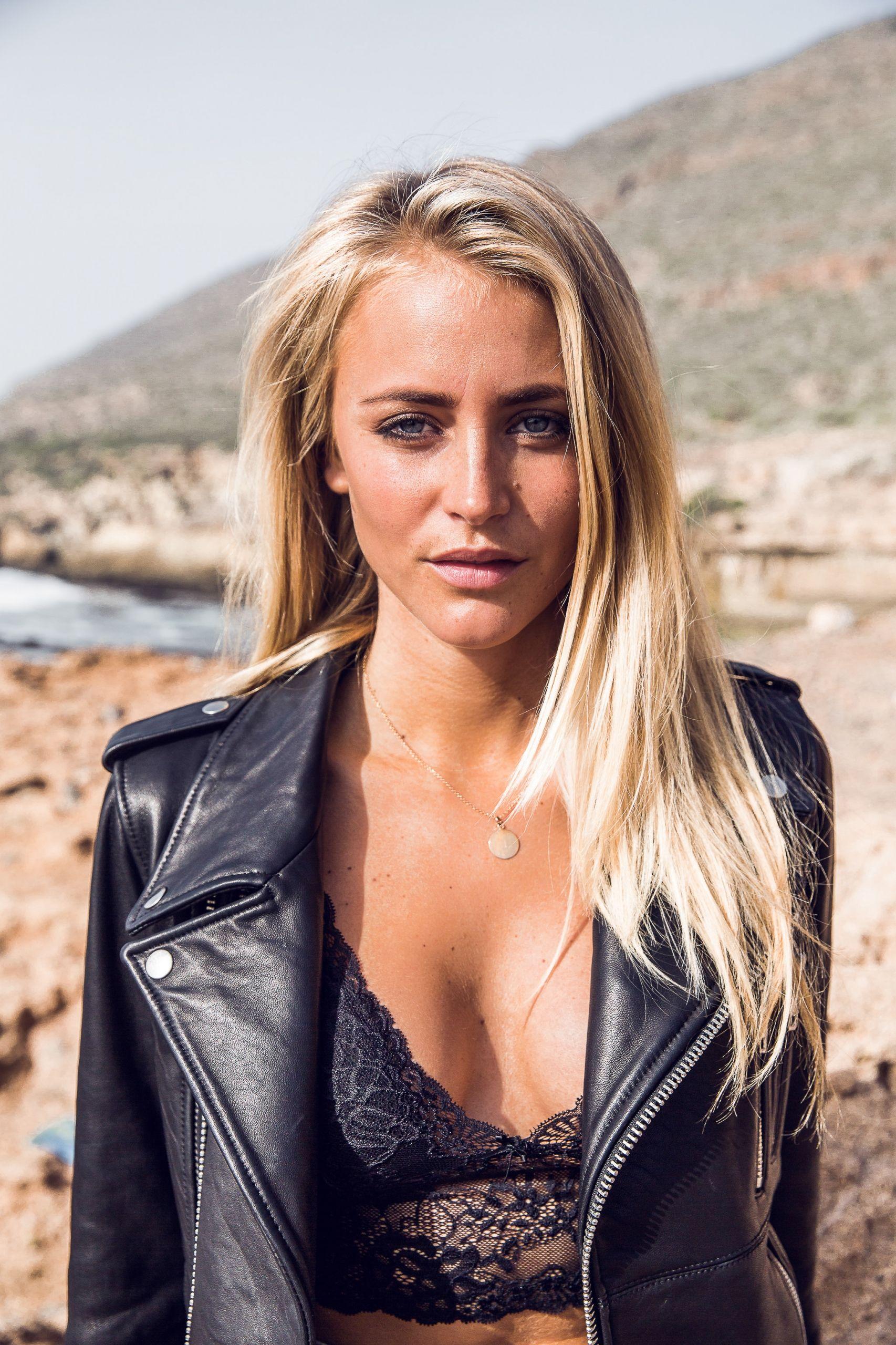 Janni Deler Nude Photos 93