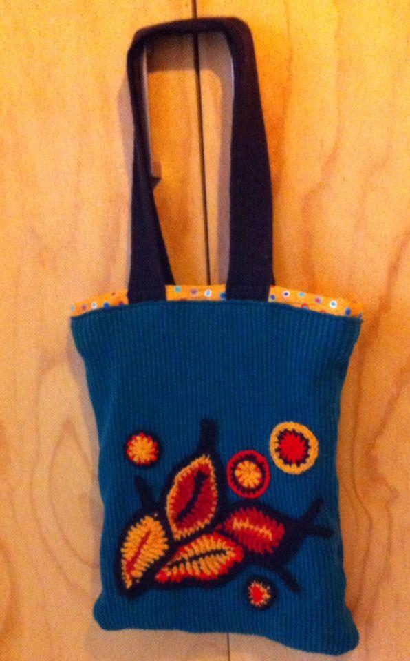 Reciclaje, costura y crochet. Un sweater viejo transformado en bolso con aplicaciones en crochet