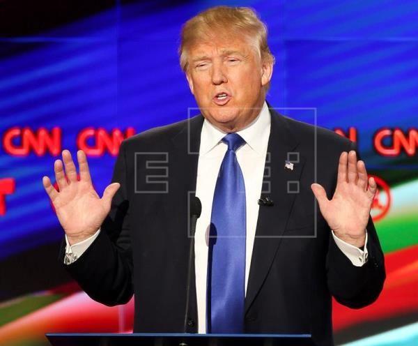 El aspirante a ser el nominado del Partido Republicano en las elecciones presidenciales en EE.UU. Donald Trump responde una pregunta, este 25 de febrero de 2016, durante el debate televisado entre aspirantes republicanos a la Casa Blanca, celebrado hoy en Houston (Texas) y organizado por CNN y Telemundo. EFE