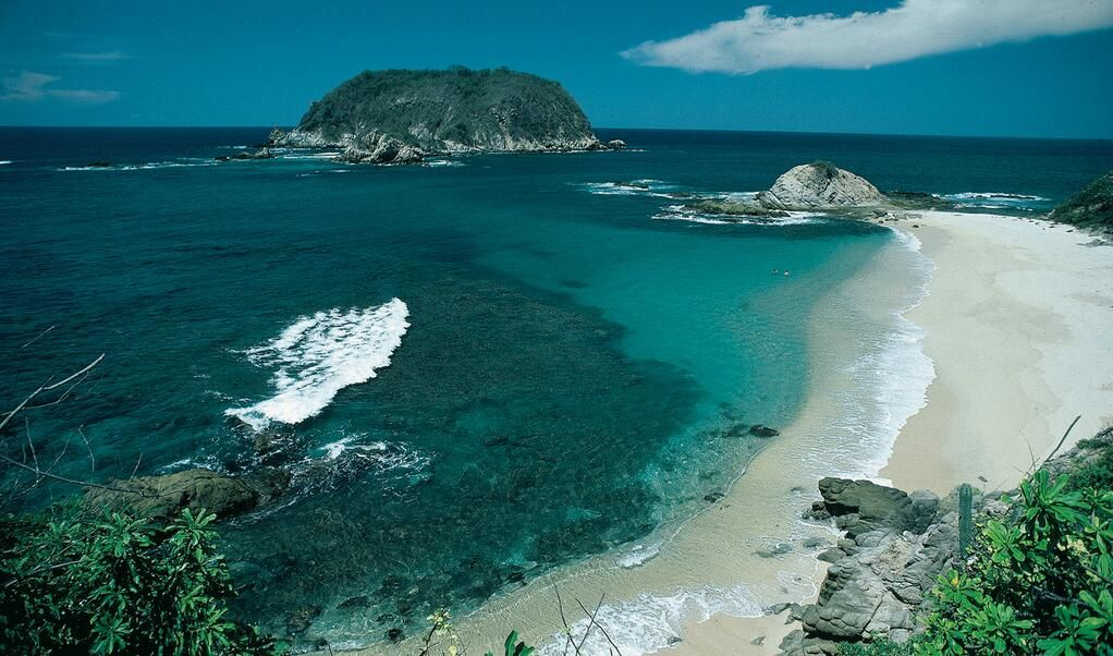 Bahía de Cacaluta (Oaxaca; Mx). Nos la envía nuestros amigos del Hotel Castillo de Hualtulco por Twitter.