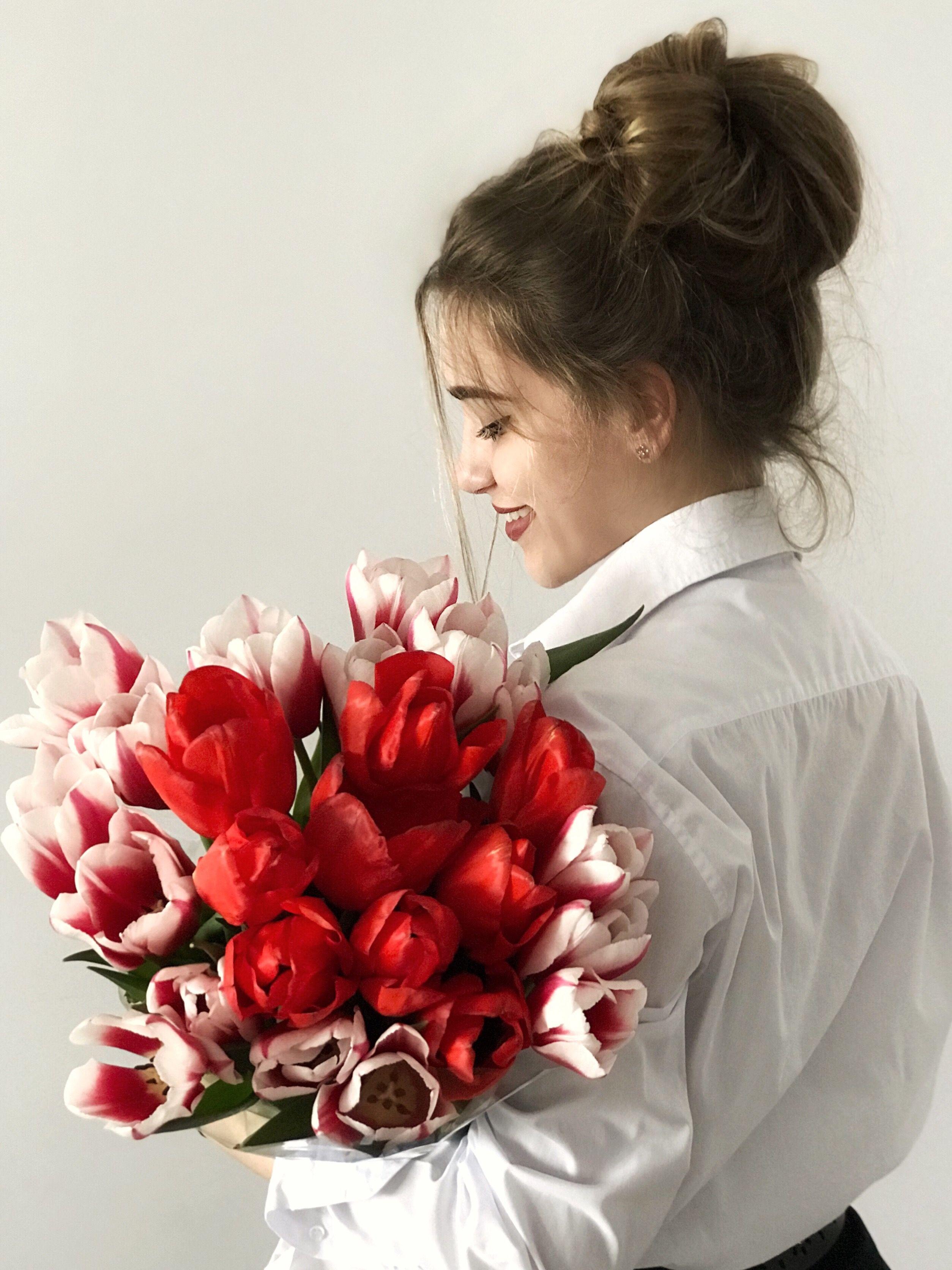 Анимации девушек с цветами