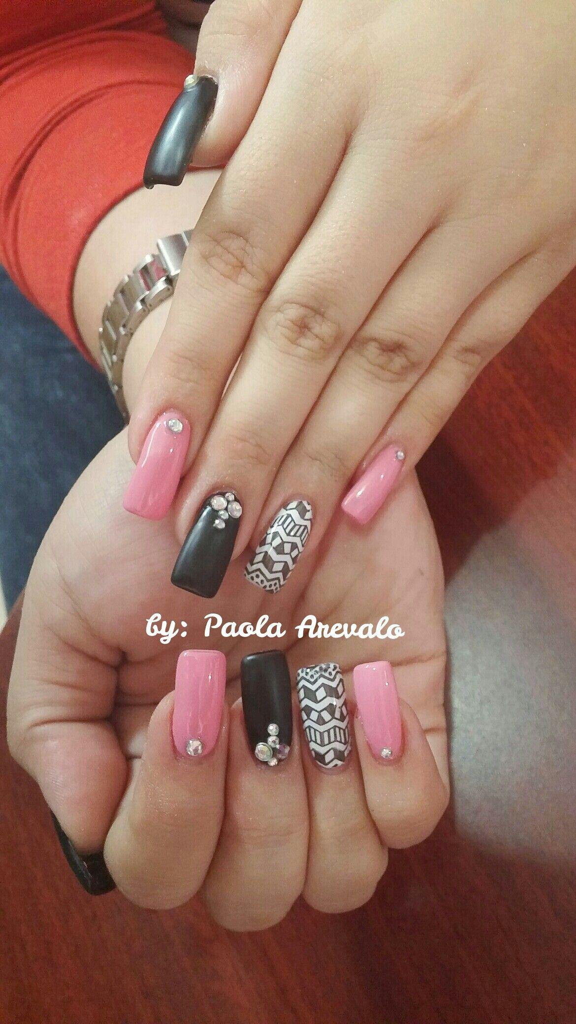 Uñas acrilicas gelish rosado y negro con diseño trival y piedras ...