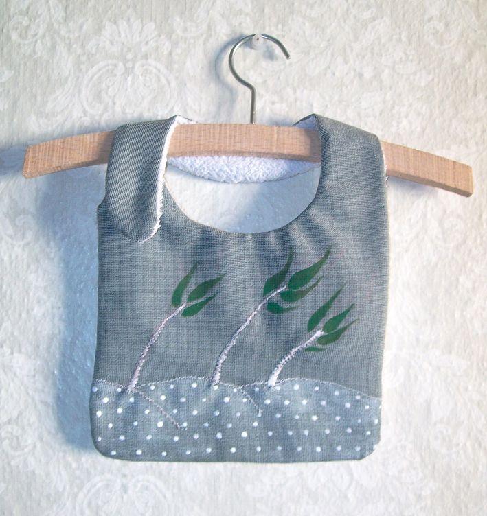 Baberos de diseño realizados y pintados a mano. Broche de presión lateral. lino y tela de rizo impermeable trasera