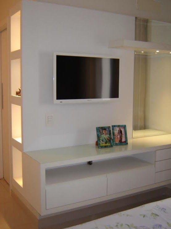Movel para TV e penteadeira em dormitório de casal