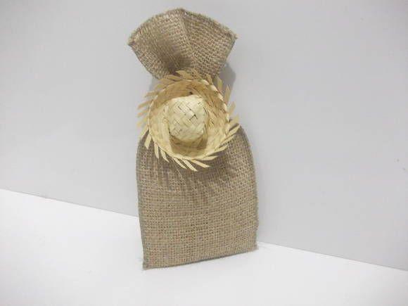 Saco de juta com mini chapéu de palha Para ser usado como saquinho de doces  surpresa Ideal para o tema festa junina 246b4a1c4a0