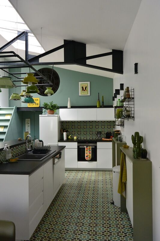 Cuisine ouverte pi ce vivre avec comptoir central carreaux de ciment et carrelage imitation - Cuisine ouverte avec comptoir ...