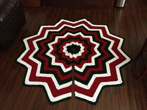Ravelry: Project Gallery for Free SmoothFox\'s Christmas Tree Skirt ...